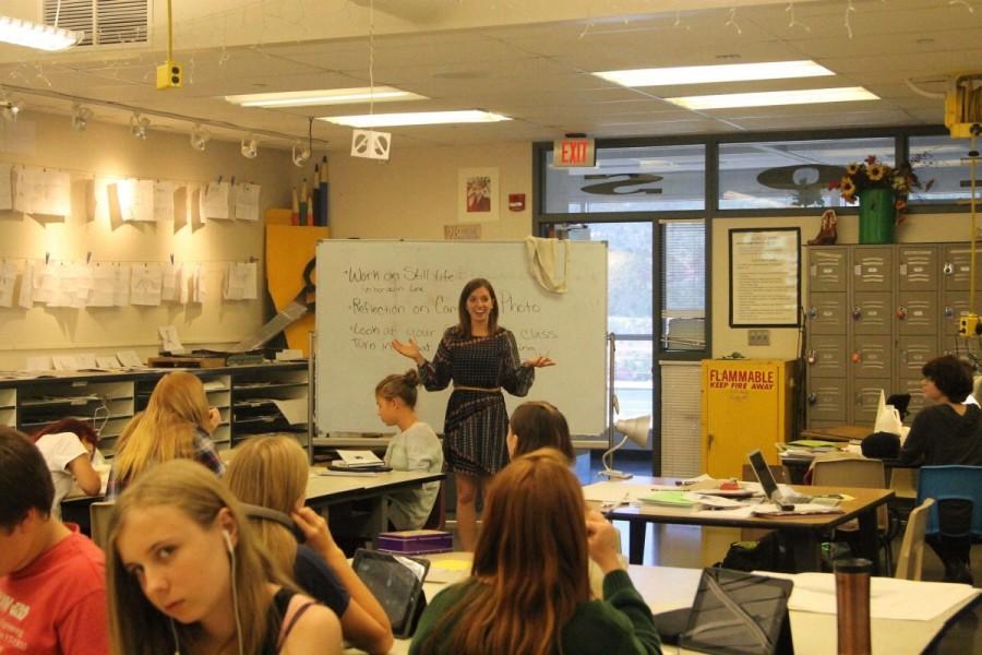 Mrs.+Gocinski+teaching+her+print+class.+